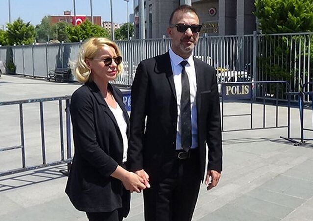 Oyuncu Hakan Yılmaz ve eşi Elif Yılmaz, Etiler'de bir otelin lobisinden darp edilmeleriyle ilgili davada sanıklardan şikayetçi olduklarını söyledi.