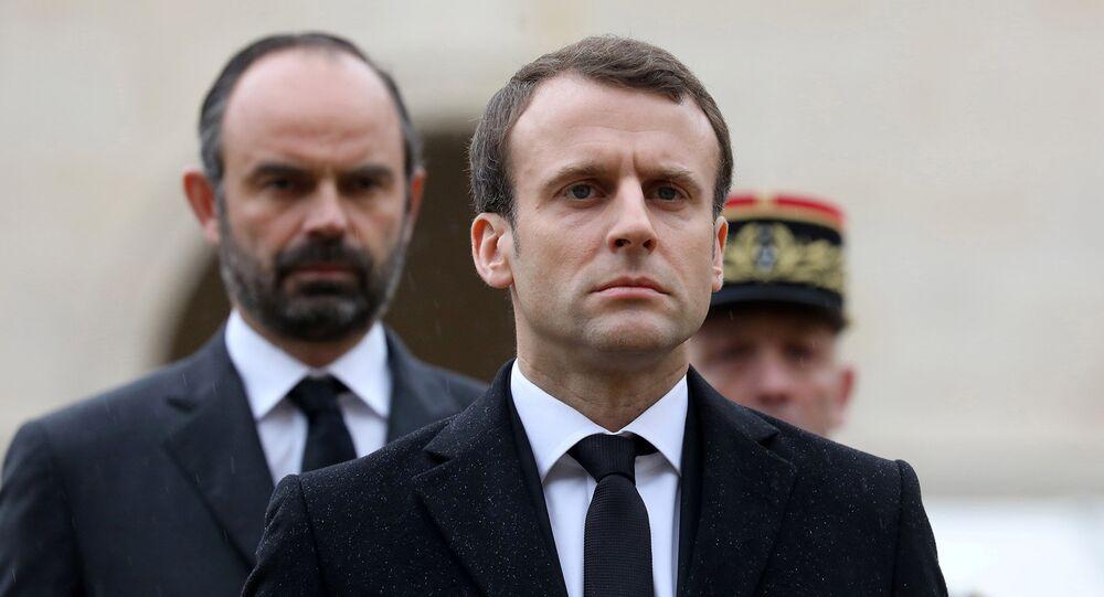 Fransa Cumhurbaşkanı Emmanuel Macron (önde) ile Başbakan Edouard Philippe