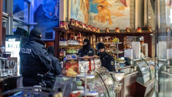 Kalabriya merkezli 'Ndrangheta'ya karşı Avrupa çapındaki 'Pollino' operasyonunun Almanya ayağında, Duisburg kentindeki bir İtalyan işletmesi de basıldı. - Sputnik Türkiye