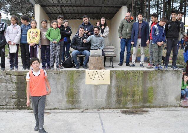 Denizli Acıpayam'daki Alcı Mahallesi'nde oynanan ortaokul maçlarındaki VAR