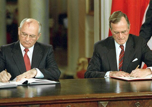 Sovyetler Birliği'nin son lideri Mihail Gorbaçov ve ABD'nin 41. Başkanı George H. W. Bush