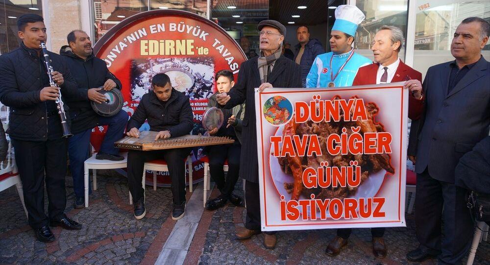 Genel Kurul sonrası Edirneli ciğerciler, ciğer dükkanlarıyla ünlü Orta Kapı Caddesi'nde bir araya gelerek, sazlı sözlü basın açıklamasında bulundu.