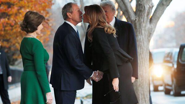 George H.W. Bush için Washington'da düzenlenen cenaze töreni öncesi Donald-Melania Trump'tan George W.-Laura Bush'a ziyaret - Sputnik Türkiye