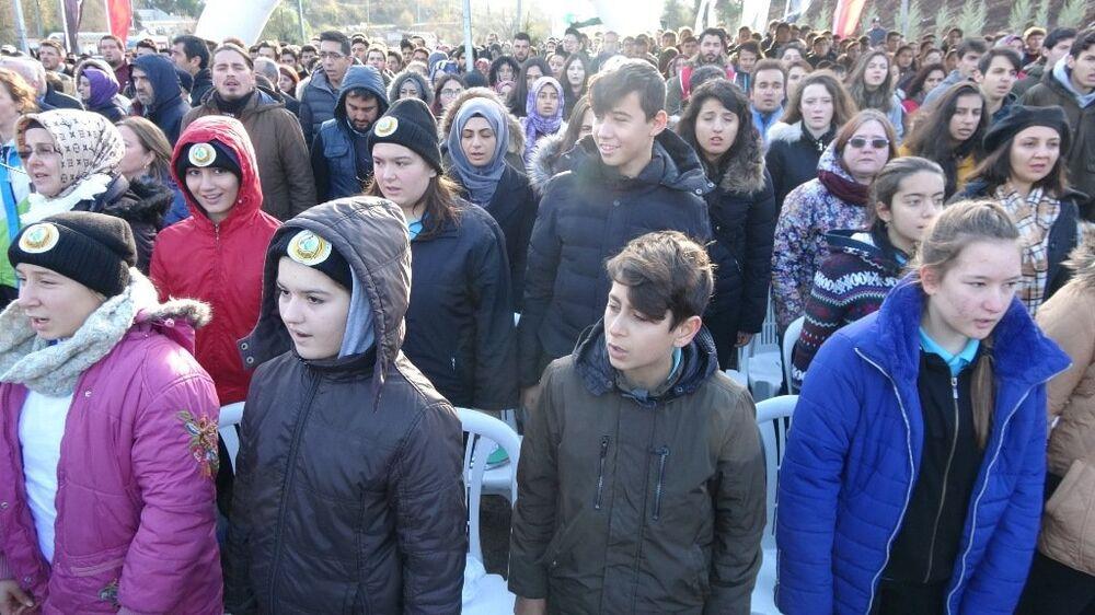 Bursa'nın Mudanya ilçesinde yangında zarar gören 36 hektarlık alana ilk fidanı dikme törenine katılan öğrenciler