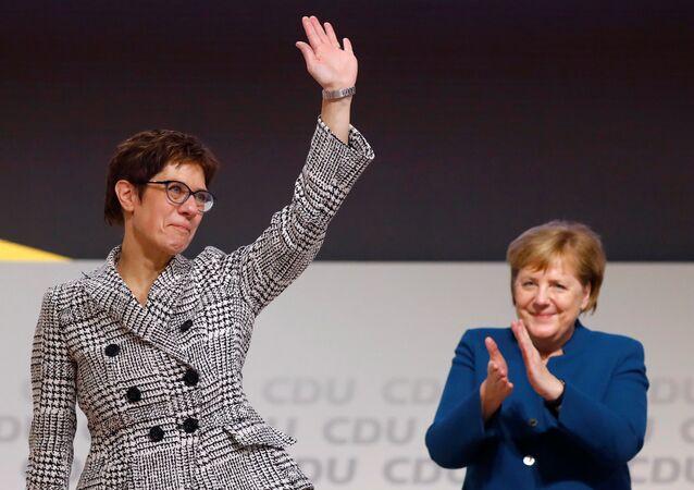 Hamburg'da kurultay düzenleyen CDU, Başbakan Angela Merkel'in (sağda) bırakma kararını verdiği parti genel başkanlığına Annegret Kramp-Karrenbauer'i (solda) seçti.