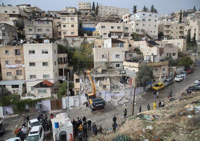 İsrail, Filistinlinin evini kendi elleriyle yıktırdı