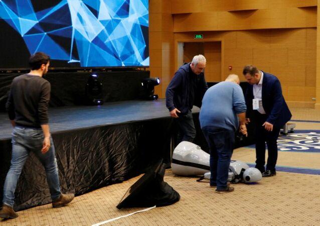 İnsansı robot Mini Ada sahneden düşerek parçalandı