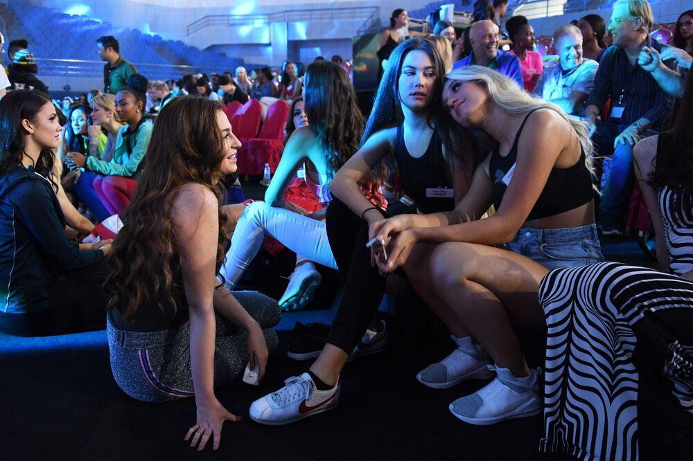 Miss World 2018 yarışmacıları prova öncesi.