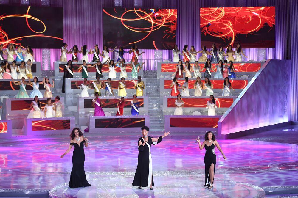 Yarışmaya katılan güzellerin final performansı.