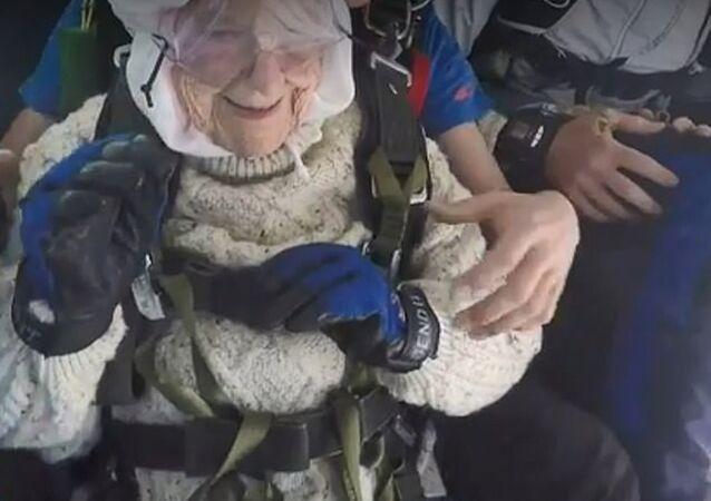 102 yaşındaki kadın 'dünyanın en yaşlı paraşüt atlayıcısı' oldu