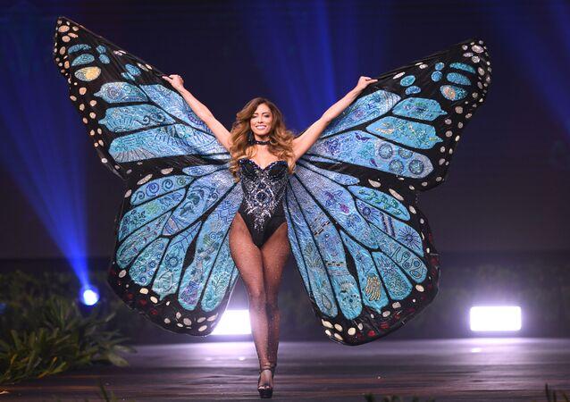 Kainat Güzeli 2018 Yarışması kapsamında ulusal kıyafetler geçidi