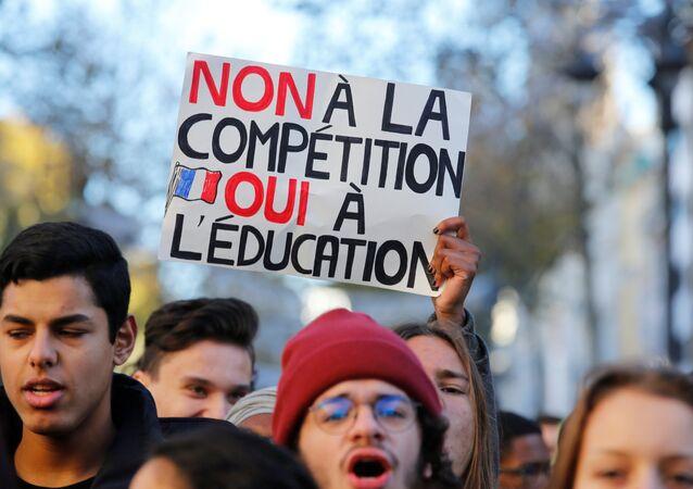 Fransa'da liseliler, müfredatta ve üniversiteye girişte değişiklik ön gören yasaya karşı sokakta
