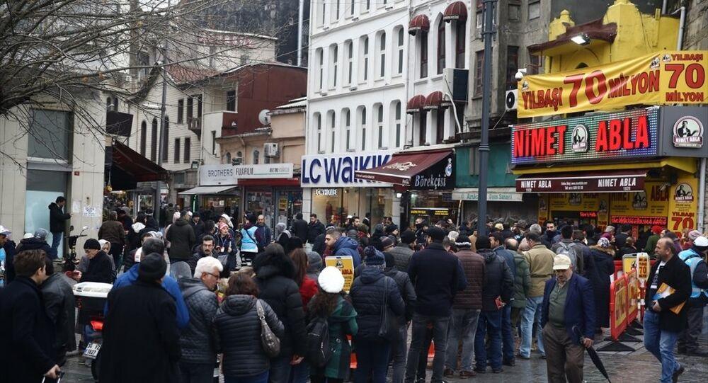 Eminönü'nde Milli Piyango bileti satan Bahçekapı'daki Nimet Abla gişesi