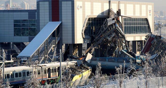 Ankara'da yüksek hızlı tren üst geçide çarptı
