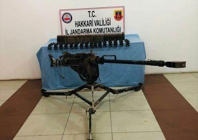 Hakkari'de PKK'ya yönelik operasyonda doçka silahı ve buna ait mühimmat bulundu.