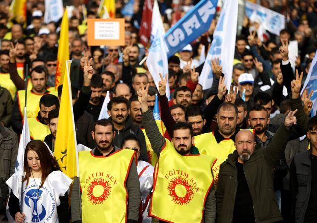 Kamu Emekçileri Sendikası Konfederasyonu (KESK) Diyarbakır Şubeler Platformu Krizin Faturasını Emekçiler Değil, Krizi Yaratanlar Ödesin sloganıyla Diyarbakır İstasyon Meydanı'nda bölgesel miting düzenledi.
