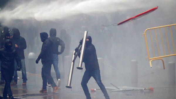 Brüksel'de AB kurumları önünde göçmen karşıtları ile güvenlik güçleri arasındaki çatışmalarda barikatlar havada uçuştu. - Sputnik Türkiye