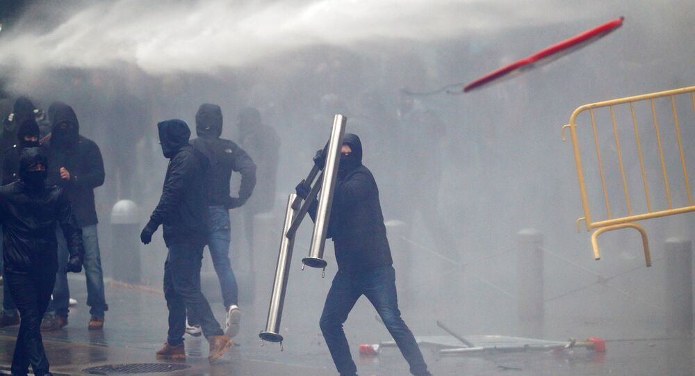 Brüksel'de AB kurumları önünde göçmen karşıtları ile güvenlik güçleri arasındaki çatışmalarda barikatlar havada uçuştu.