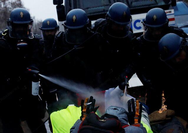 Fransız jandarması Sarı Yelekler eylemcilerini yüzlerini hedef alarak yakın mesafeden gaza boğarken