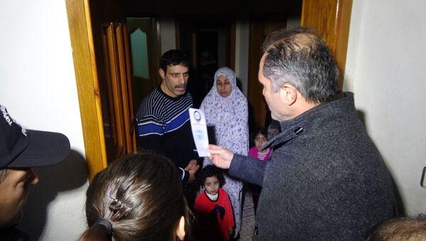 Bursa'da polis, Suriyelilerin entegrasyonu için broşür dağıttı - Sputnik Türkiye