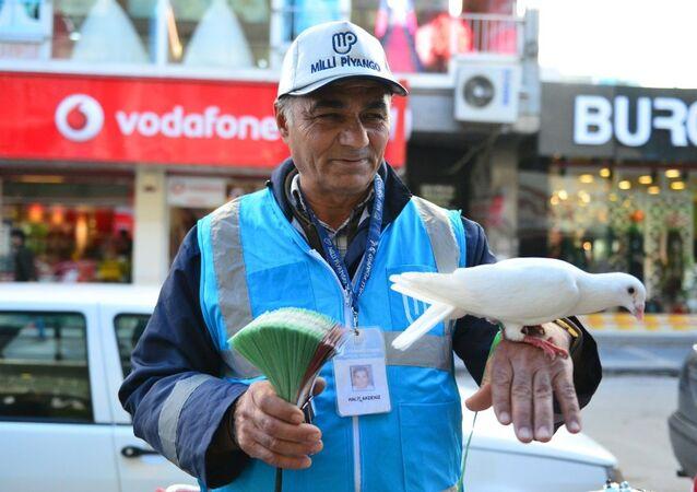 Tezgahına güvercin bağlayan milli piyango satıcısı Halit Akdeniz