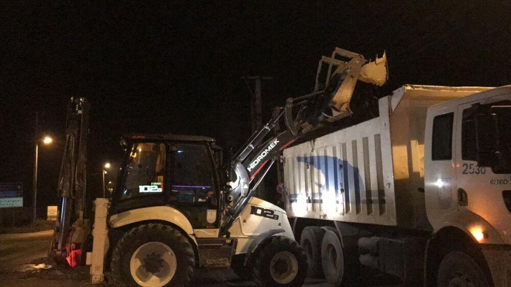 İznik Belediyesi görevlileri ise balıkları iş makinesiyle toplayıp kamyonlara yükleyerek temizlik çalışması yaptı.