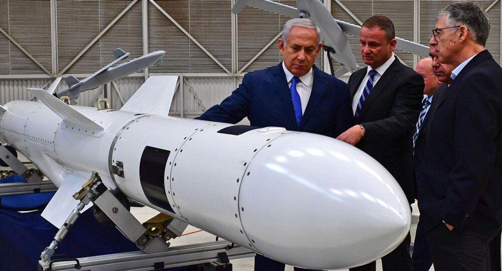 Benyamin Netanyahu, IAI yöneticileri Harel Locker,Nimrod Sheffer, Boaz Levy ile birlikte tesisi gezerken füzelere özel ilgi gösterdi.