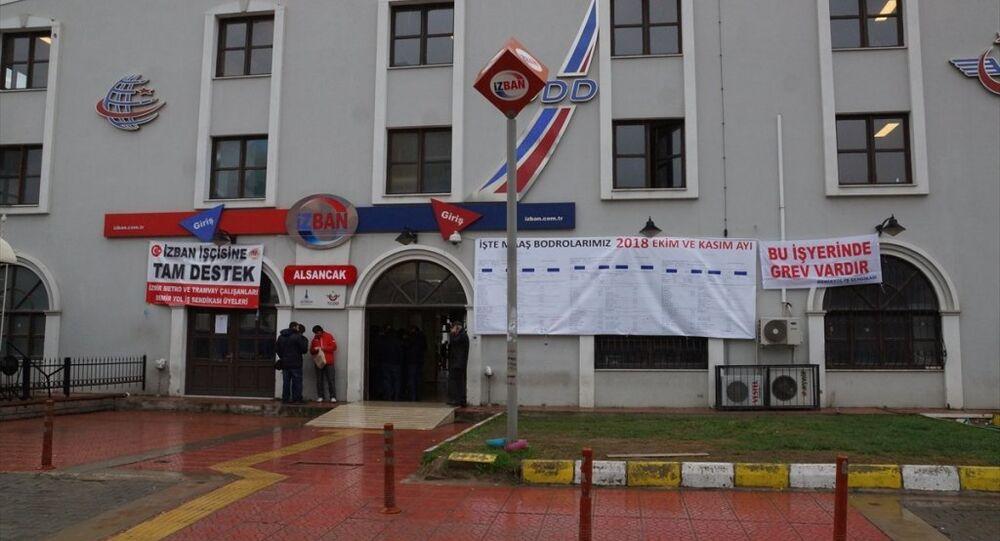 İZBAN çalışanları kamuoyunda yüksek maaş aldıklarına ilişkin iddiaların ortaya atılmasının ardından bordrolarını Alsancak İstasyonu'na astı.
