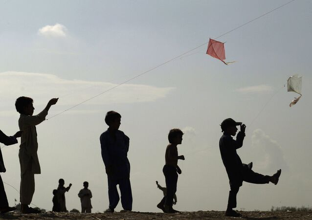 Pakistan'da uçurtma uçuran çocuklar