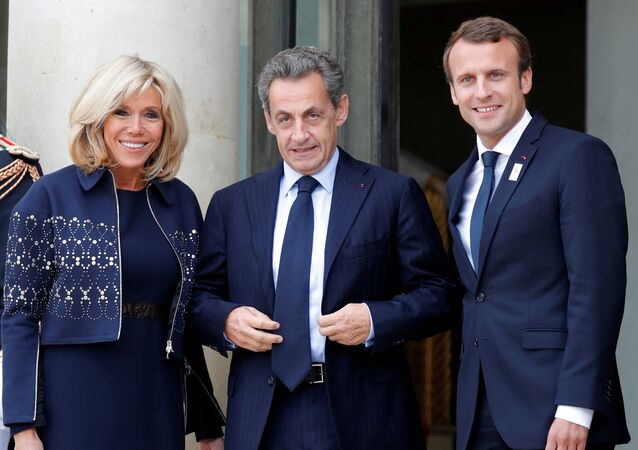 Brigitte-Emmanuel Macron çifti, 2024 Yaz Olimpiyatı'nı Paris'in kazanması kutlamaları vesilesiyle Eylül 2017'de Nicolas Sarkozy'yi (ortada) Elysee'de ağırlarken