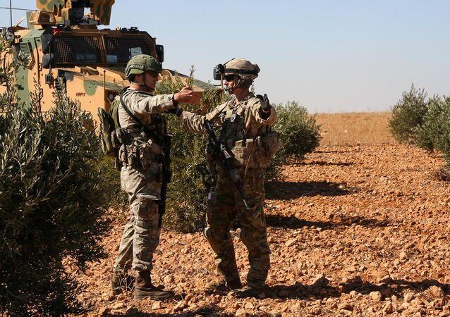 Menbiç'teki ortak devriye görevinde ABD ile Türkiye askerleri konuşurken