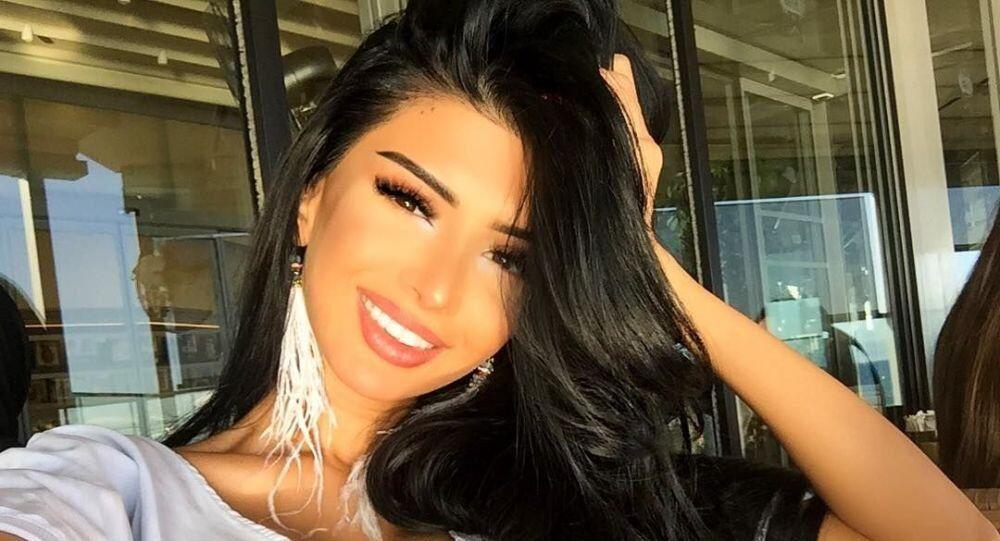 5 yıldır Türkiye'de yaşayan ve Barbie bebeğe benzemek için defalarca estetik yaptıran Azeri model Sima Şerafettinova'nın yeni ameliyat sonrası Instagram sayfasında paylaştığı görüntüler, sosyal medya kullanıcılarını şaşırttı.