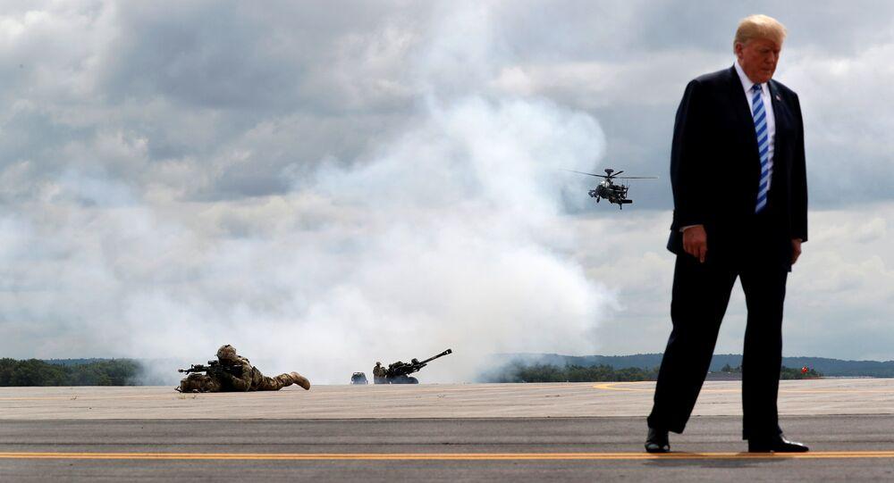 Donald Trump, Ağustos 2018'de New York'taki Fort Drum Üssü'nde askeri tatbikat izlerken