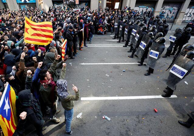 Katalonya'da merkezi hükümet karşıtı gösterilerde 77 yaralı, 12 gözaltı var
