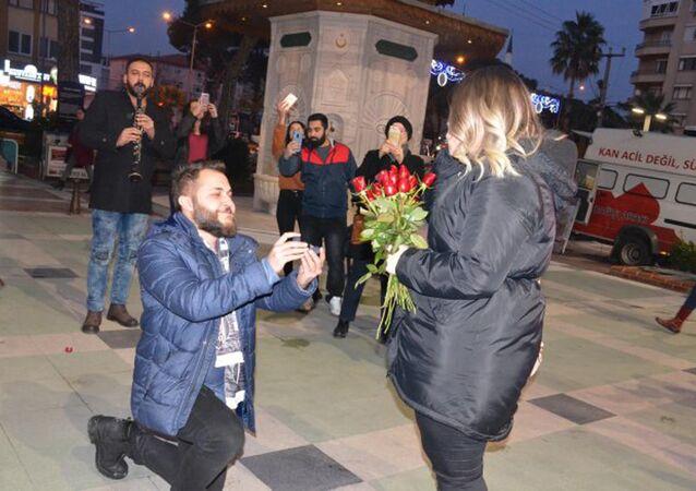 Beşiktaşlının evlenme teklifi: Meşaleler yakıldı, siyah beyaz atkı takıldı