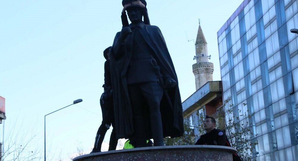 Ahmet Bal ikinci kez Atatürk heykeline çıktı