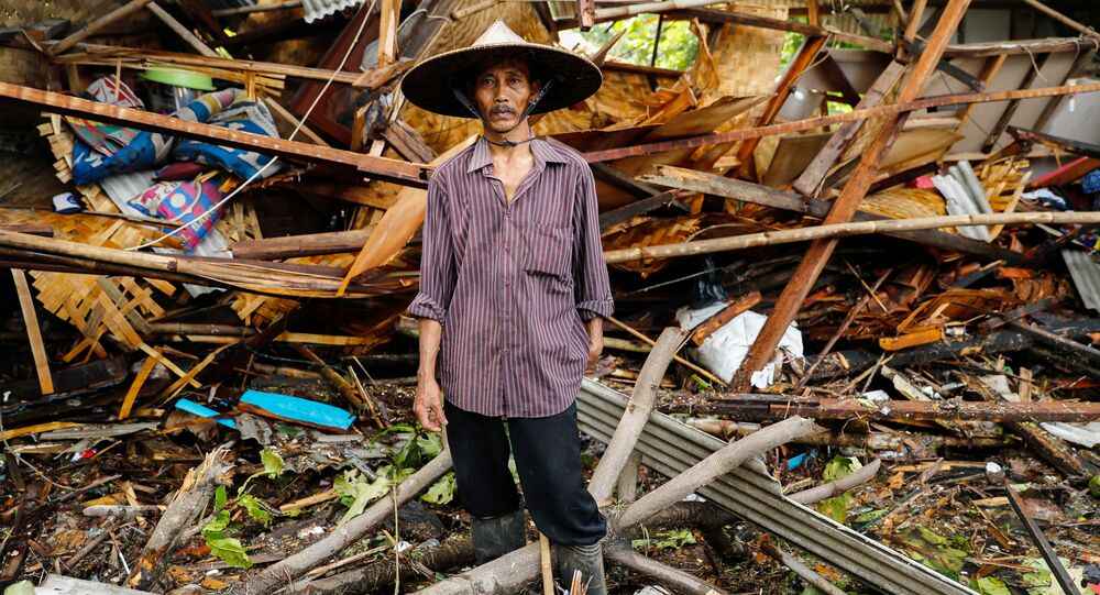 Endonezya'da, Sunda Boğazı'nda 22 Aralık'ta meydana gelen tsunamide hayatını kaybedenlerin sayısının 373'e yükseldiği bildirildi.