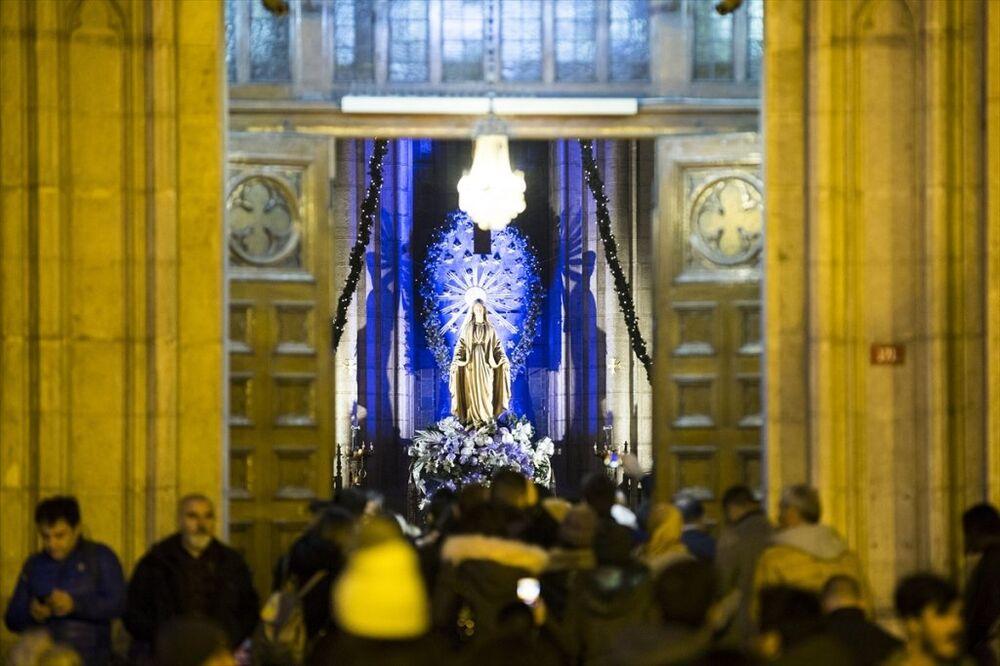 İstanbul'daki Katolik cemaati, düzenlenen ayinle Noel'i kutladı.