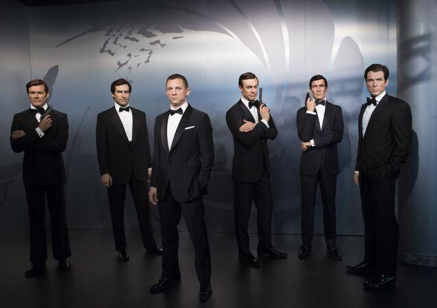 James Bond serisinde, Bond karakterini canlandıran oyuncuların balmumu heykelleri