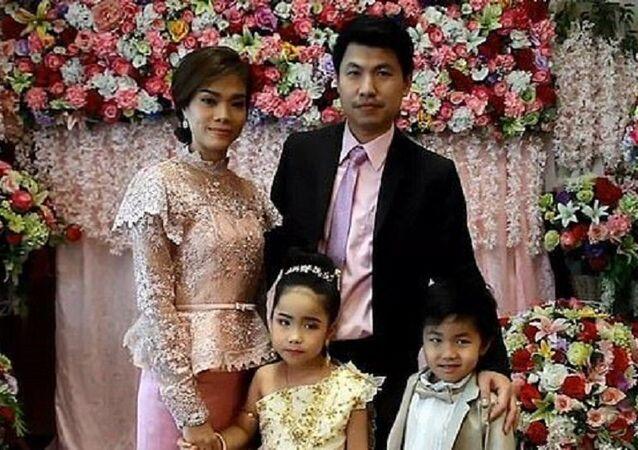Taylandlı bir aile, önceki hayatlarında sevgili olduklarına inandığı ikiz çocuklarını evlendirdi