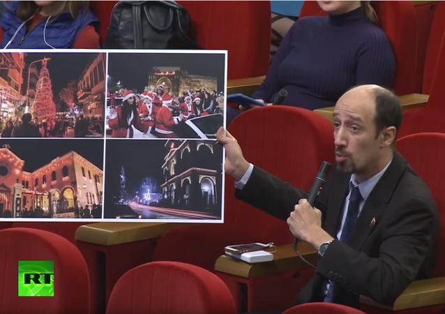 Suriyeli gazeteci Rusya'nın yardımlarından dolayı Zaharova'ya bir resim hediye etti