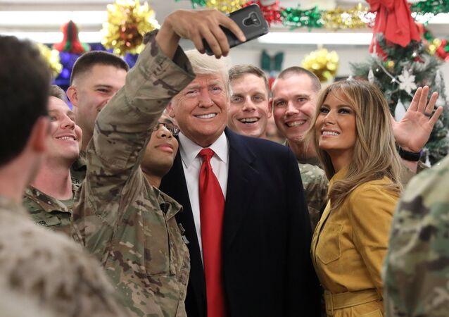 ABD Başkanı Donald Trump ve eşi Melania, Irak'a sürpriz bir ziyarette bulunarak Amerikan askerleri ile buluştu
