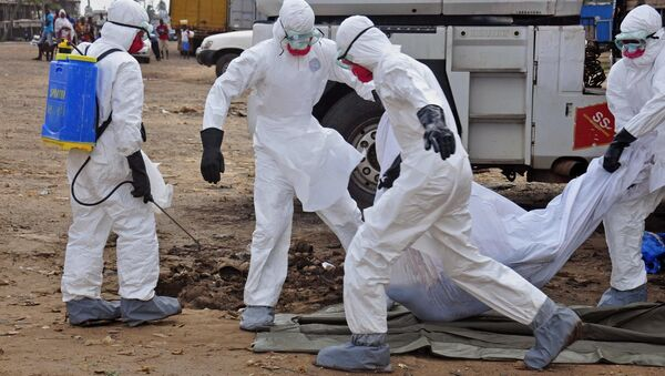 Health workers carry the body of a man suspected of dying from the Ebola virus and left in the street - Sputnik Türkiye