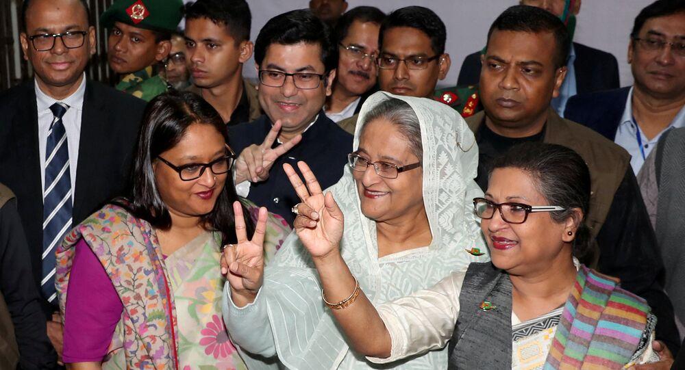 Bangladeş Başbakanı Şeyh Hasina, 30 Aralık 2018 seçimlerinde oy kullandıktan sonra taraftarlarıyla birlikte poz verdi.