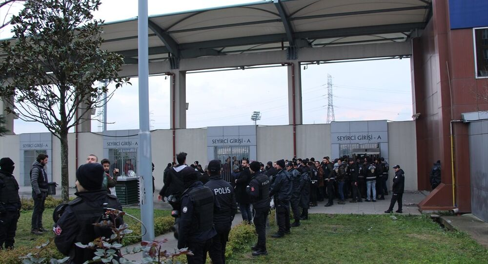 Bayrampaşa Stadı'na giden Yıldırım Bosnaspor-Küçükköyspor taraftarları arasında kavga çıktı.