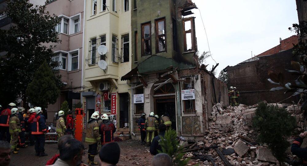 Yedikule'de çöken binanın enkazında iki kişinin cesedine ulaşıldı