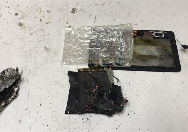 Bursa'nın İznik ilçesinde elektronik cihaz tamiri üzerine çalışan Enes Şahin'in (30) onarmaya çalıştığı tablet, henüz belirlenemeyen nedenle bir anda patladı.