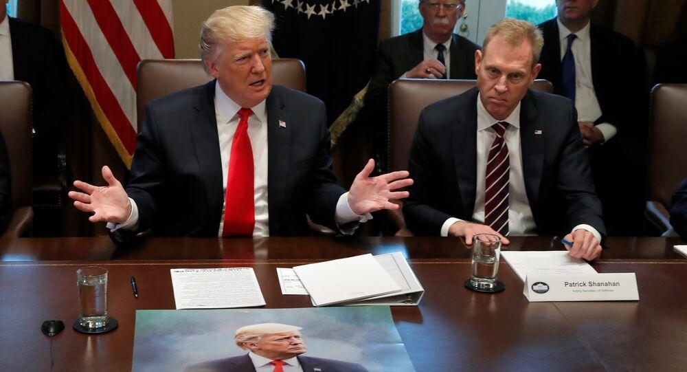 İran'a nazire yapan Yaptırımlar geliyor, 4 Kasım yazılı afişini kabinenin etrafında toplandığı masaya seren Trump, yanına da Shanahan'ı aldı.