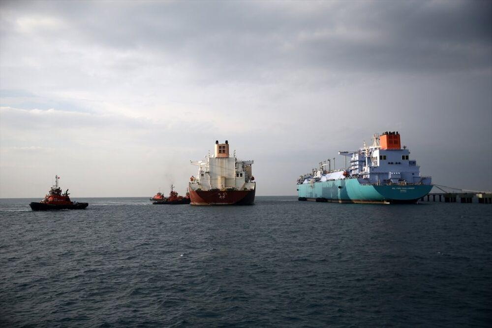 Akdeniz'in Hatay sahilinde, dünyanın en büyük sıvılaştırılmış doğal gaz transferi yapan iki dev gemi