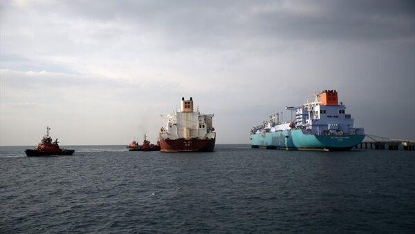 Akdeniz'in Hatay sahilinde, dünyanın en büyük sıvılaştırılmış doğal gaz transferi yapan iki dev gemi - Sputnik Türkiye